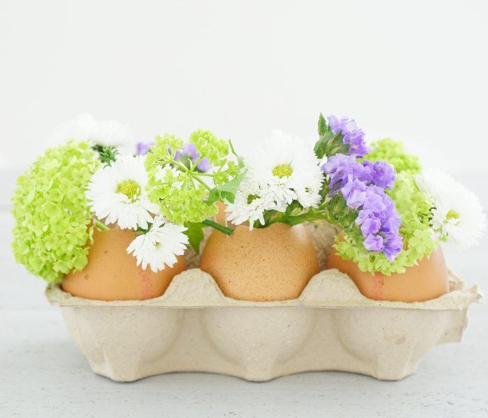 Eiervaasjes op tafel met Pasen
