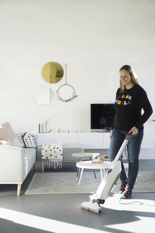 Een gelukkige huisvrouw met de Kärcher Floor Cleaner FC5!