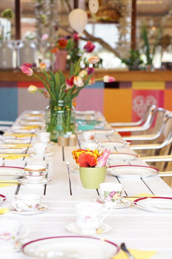 prachtige tafelsetting witte tafel kleurrijke tulpen pluktuin babyshower