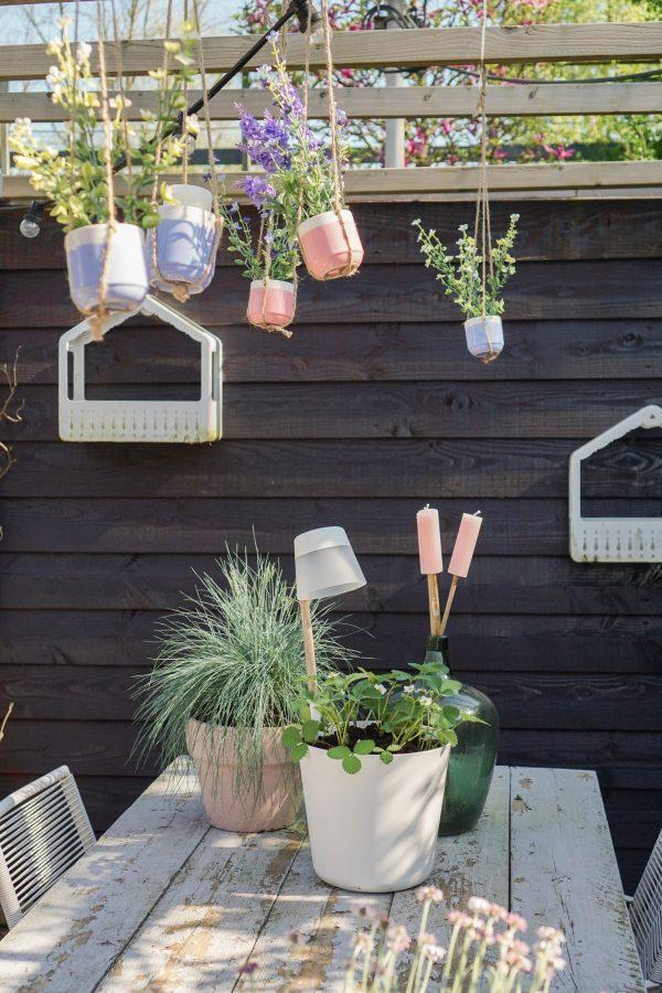 zwarte schutting eethoek tuin elho plantenbakken