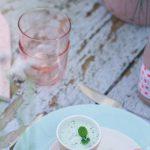 gazpacho van komkommer tuintafel pastel