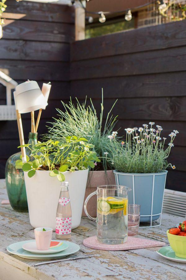 zomerse gedekte tuintafel plantenbakken