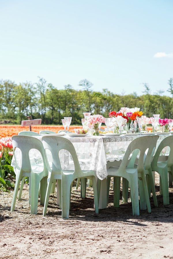 vintage gedekte tafel buiten eten romantisch