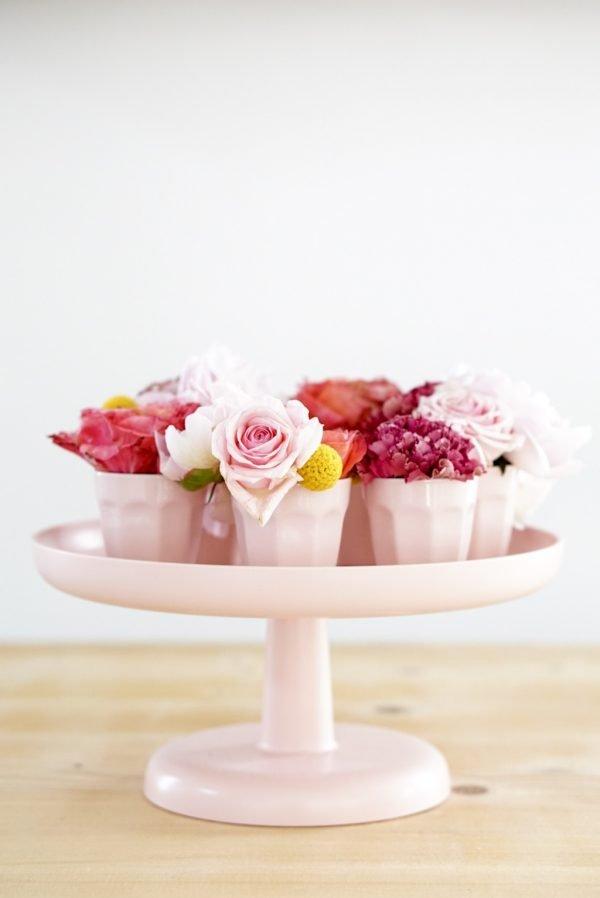 verse bloemen in espressokopjes op pastel roze tray vitra