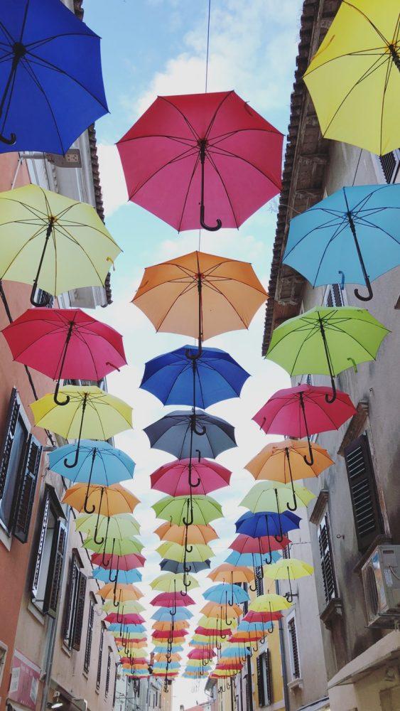 straatje gekleurde paraplu's kroatië istrië