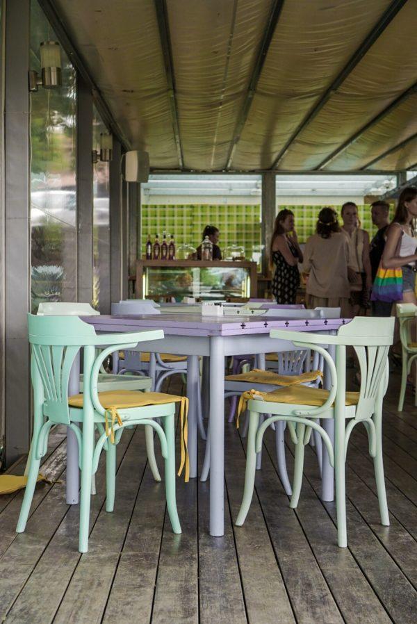 pastelkleuren stoelen mintgroen lila mama maria cafe groznjan kroatië istrië