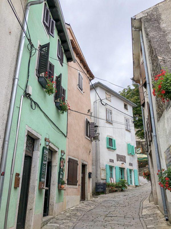 pastel houses huizen street straat motovun istrië istria croatia kroatië