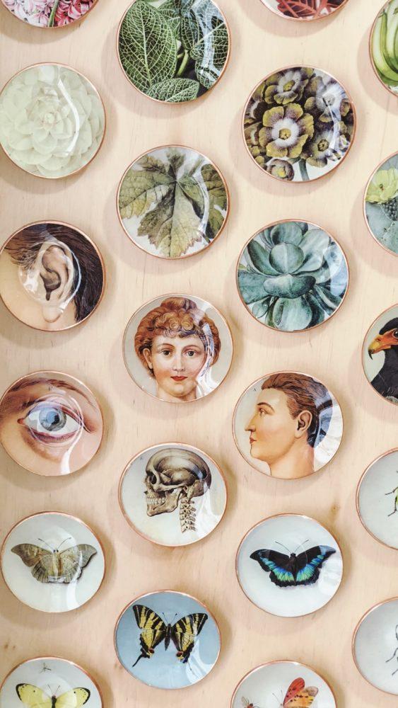 winkel wallware istrië kroatië keramieken bordjes pastelroze muur