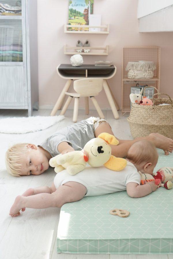 Broer en zus samenspelen babykamer sitbymeme
