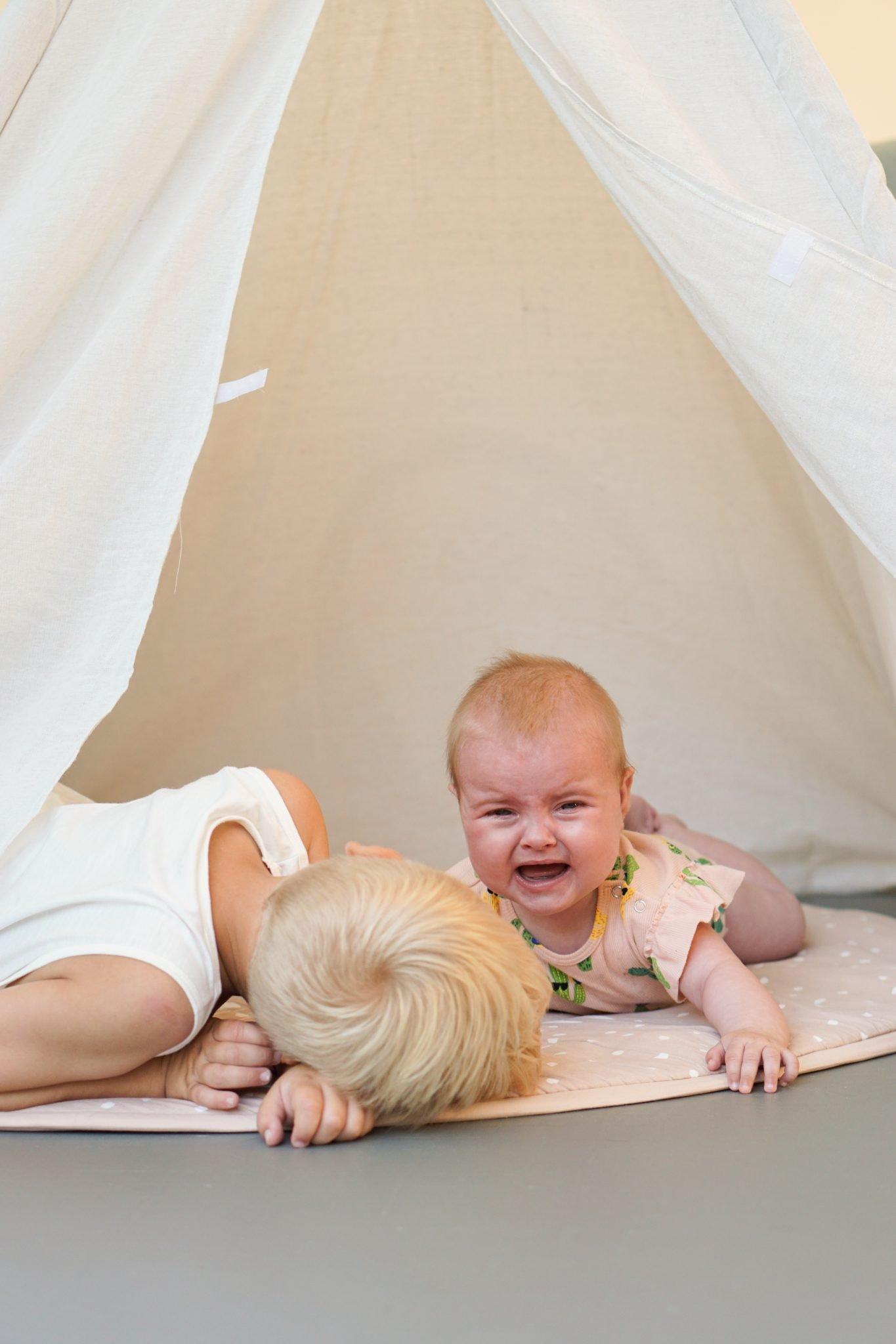 huilen baby samen spelen