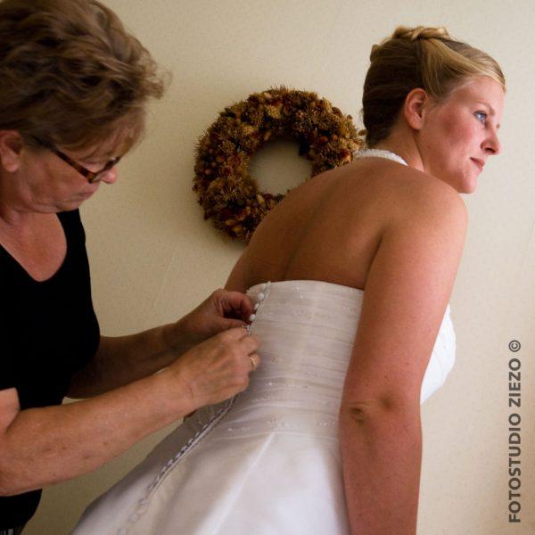 trouwen moeder dochter jurk aantrekken