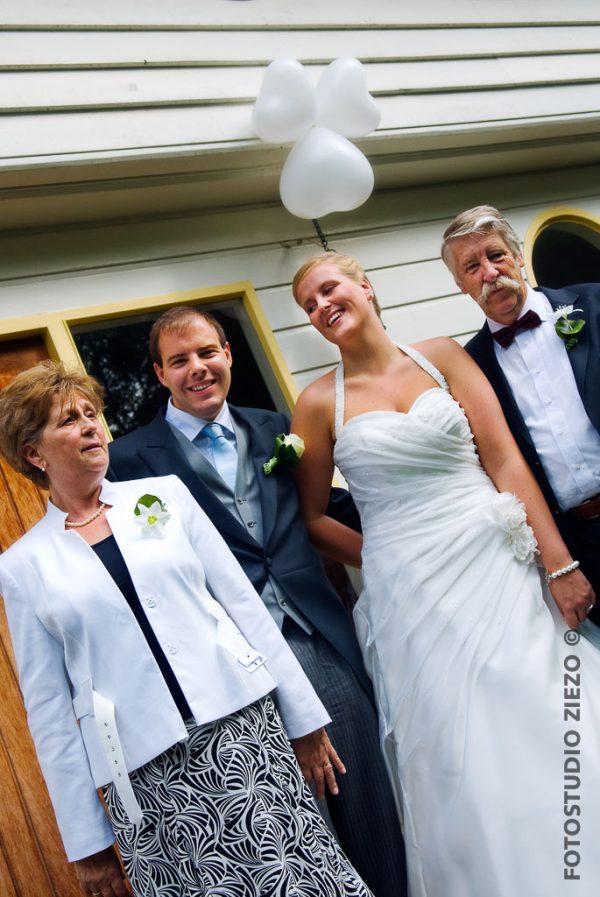 bruid bruidegom ouders foto