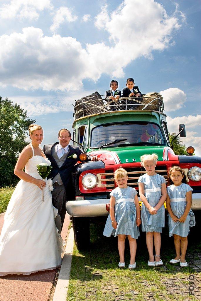 fotoshoot reportage trouwen bruiloft bruidsfotografie bruidskinderen bruidsmeisjes colombiaanse bus
