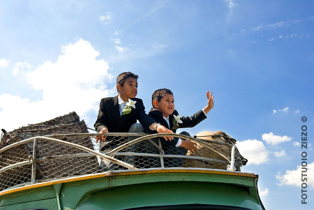 stoere bruidsjonkers in kostuum