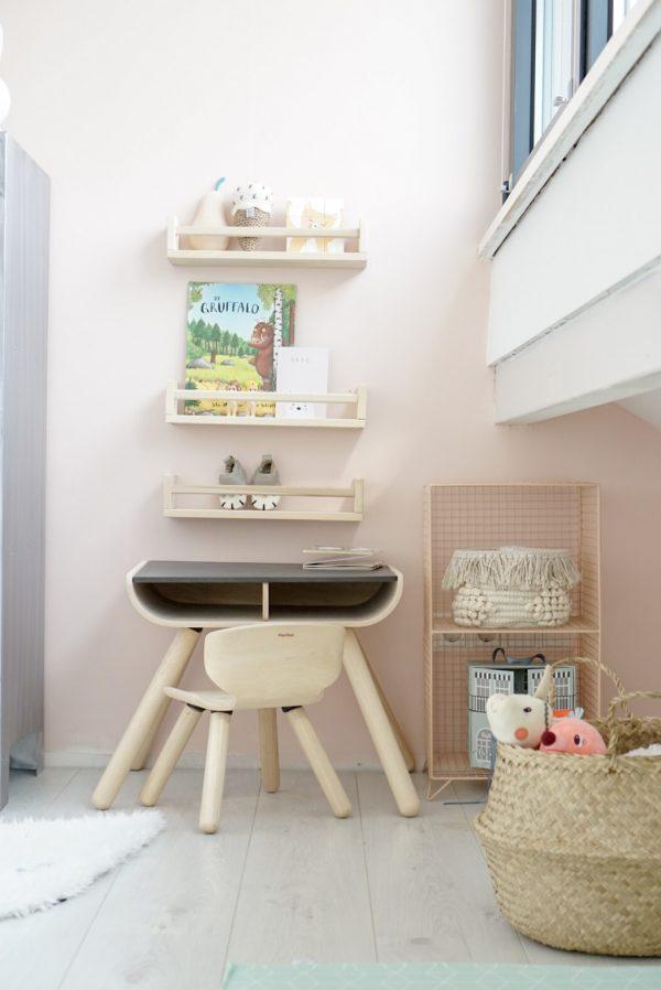 Bureau stoel plan toys ikea kruidenrekjes roze muur draadkast kidsdepot