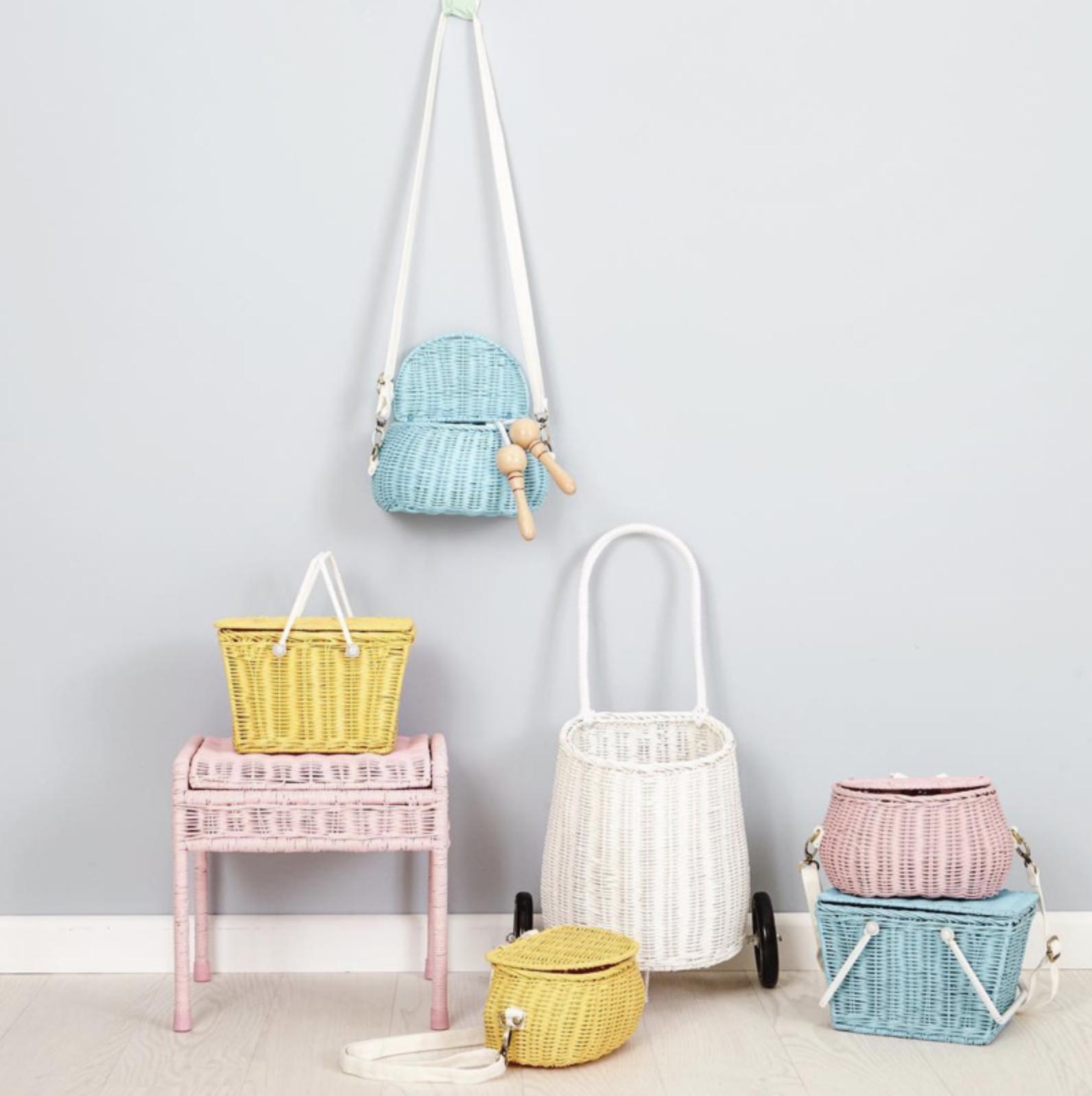 kleurrijk rotan kinderkamer babykamer meubels trolley mandje roze pastel geel blauw kinderkamertrends