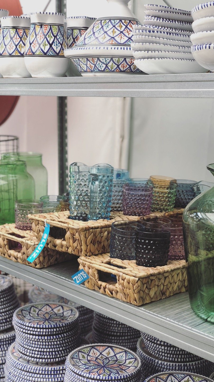 rotan rechthoek dienblad gekleurde glazen karaf sluiz