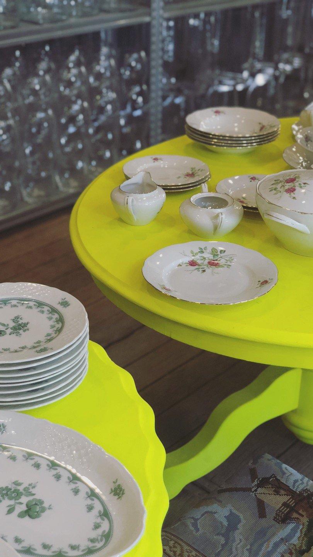 neon gespoten salontafel vintage servies sluiz ibiza