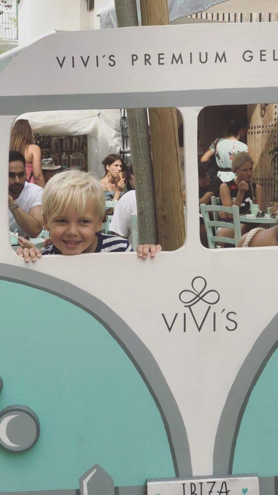 Vivi's creamery lekker ijs ibiza stad mintgroen terras volkswagen busje