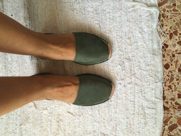 Spaanse schoenen slippers ibiza leer donkergroe