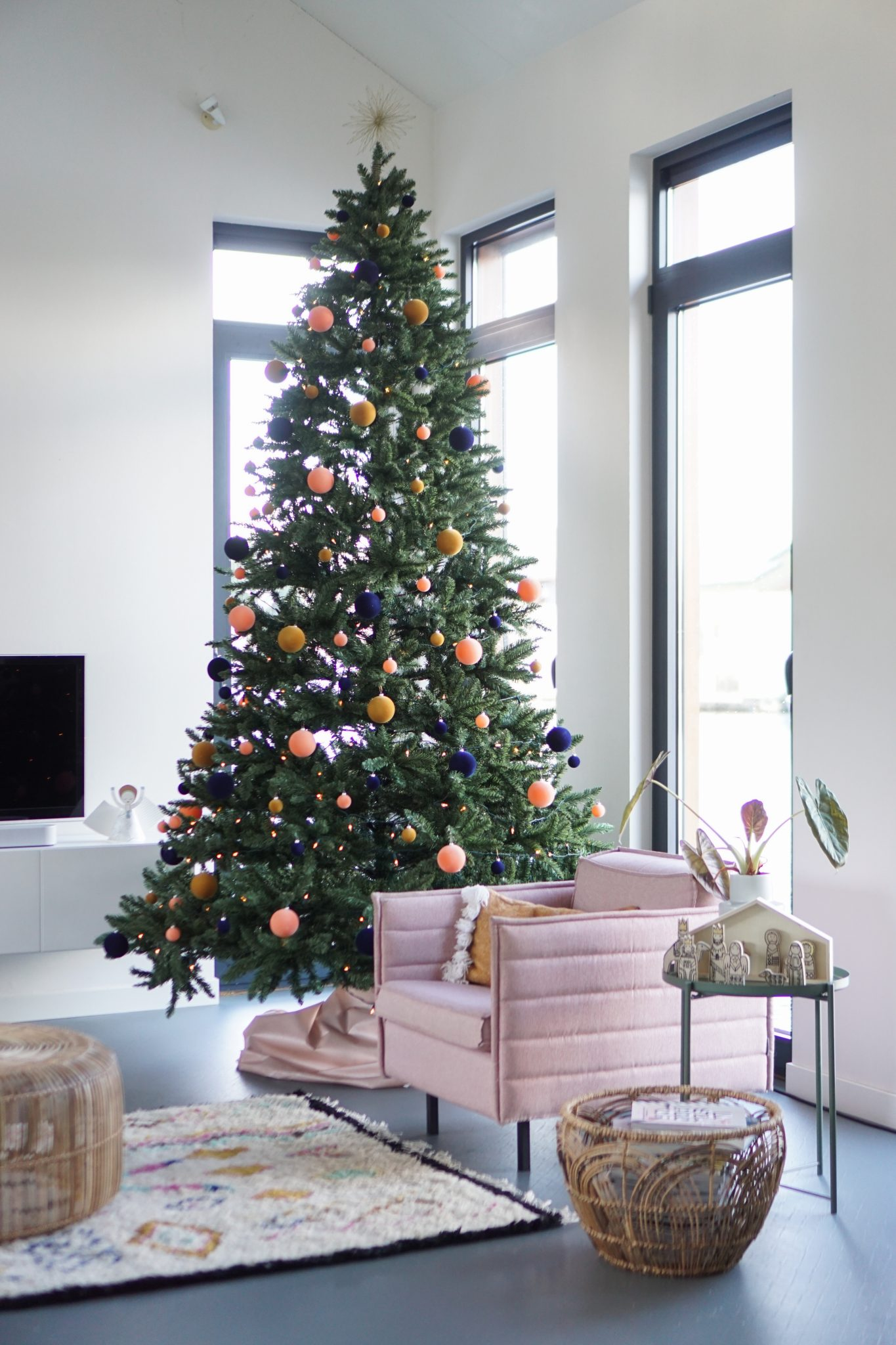 grote kerstboom in huis