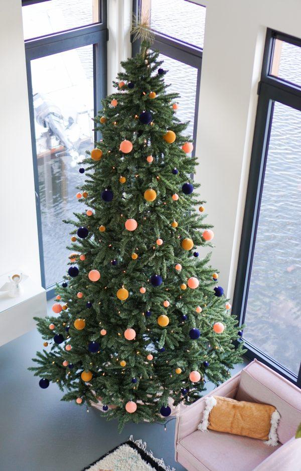 grote versierde kerstboom