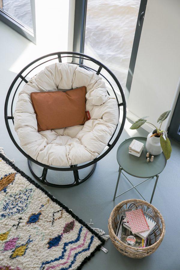 rotan loungestoel in bohemien woonkamer