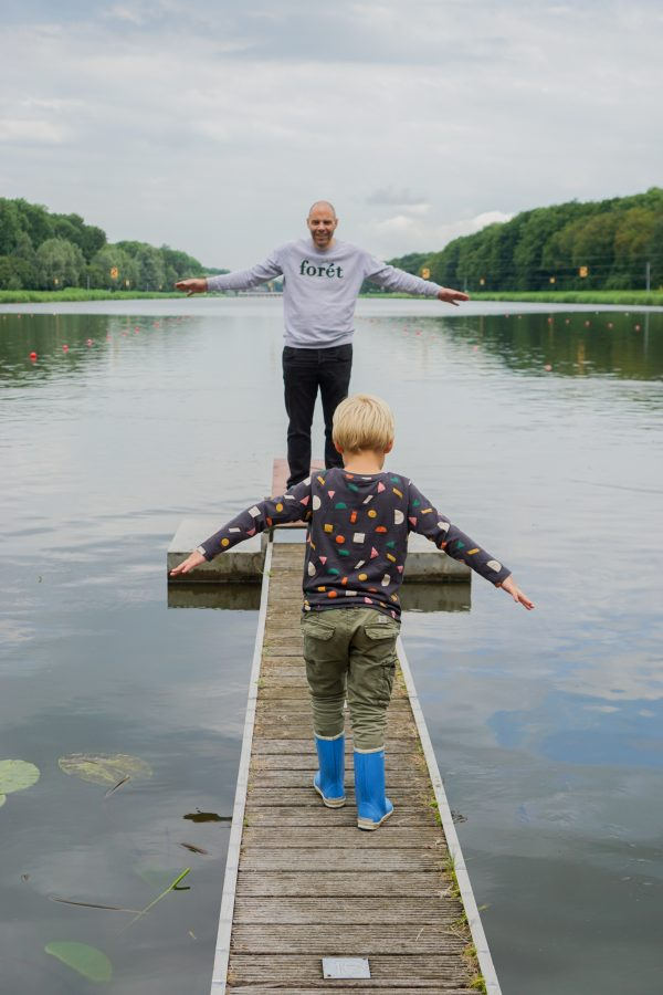 vader en zoon spelen bij bosbaan amsterdam