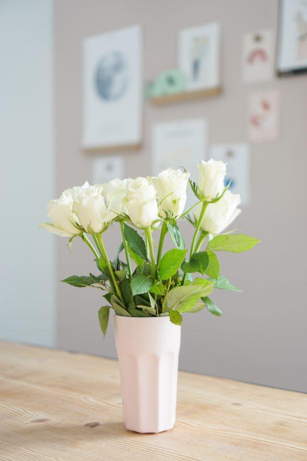 witte rozen in vaasje