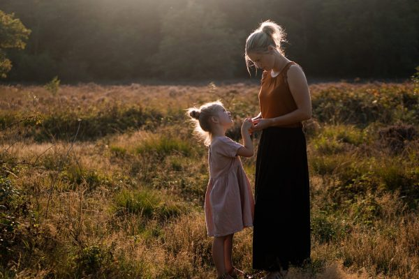 moeder dochter heide zonsondergang