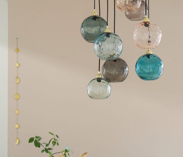 Kleurrijke eyecather in huis: nieuwe lamp van MADE