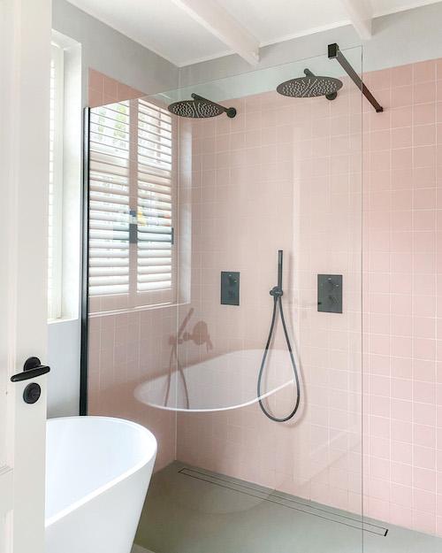 Binnenkijken in de roze badkamer van Mariska