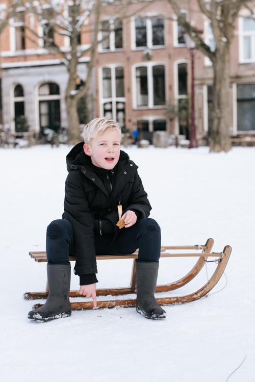 Amsterdam sneeuw kleuter sleetje rijden
