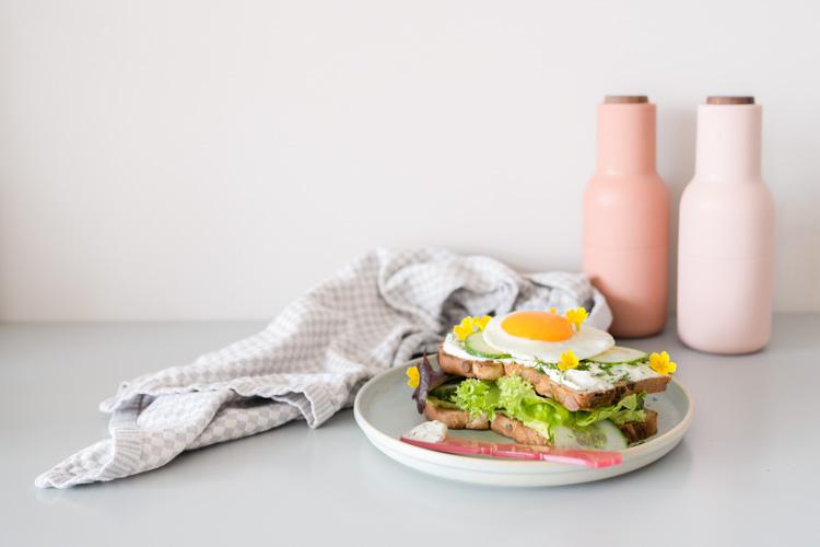 Paasontbijt: feestelijke sandwich en smoothie met eetbare bloemen