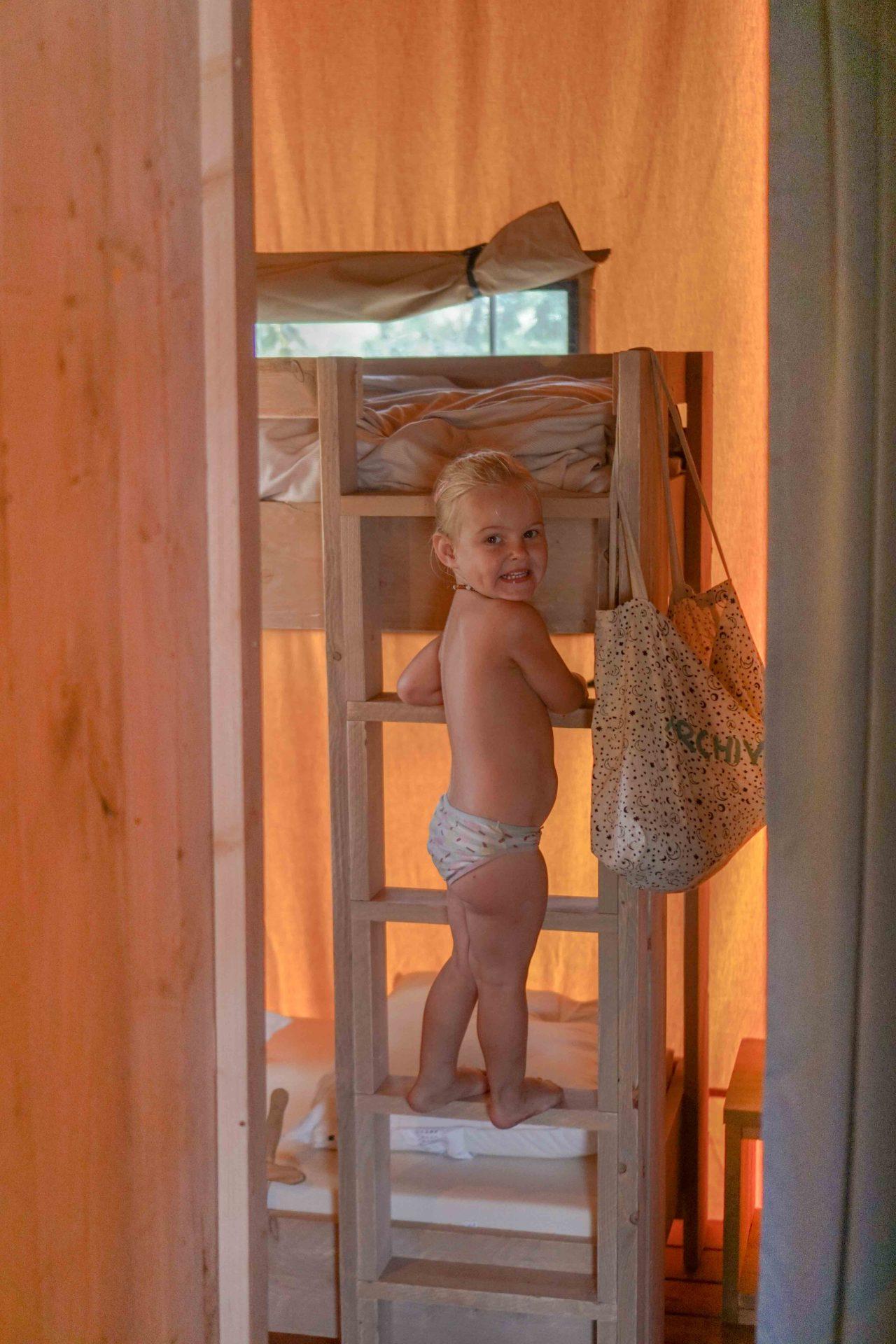 binnenkijken safaritent kinderslaapkamer