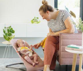 mama en dochter roze stoelen wipstoeltje babybjorn
